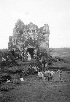 Anak-anak bermain di reruntuhan istana air Sunyaragi, Cirebon 1930 - 1940 Romancing The Stone, Dutch East Indies, Cirebon, Goa, Old Pictures, Mount Rushmore, Survival, Explore, Black And White