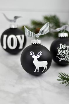 Chalkboard ornaments with white vinyl designed by Jen Gallacher using a Silhouette die cut machine. Jen Gallacher walks you through the steps to add vinyl die cut shapes and phrases to Christmas Ornaments. Diy Christmas Ornaments, Christmas Projects, Handmade Christmas, Holiday Crafts, Christmas Decorations, Christmas Vinyl Crafts, Vinyl Ornaments, Custom Ornaments, Glitter Ornaments