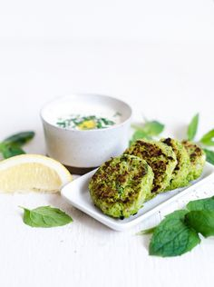 Ärtbiffar med mynta och fetaost / pea patties with mint and feta cheese Healthy Recepies, Superfood Recipes, Raw Food Recipes, Veggie Recipes, Veggie Food, Healthy Food, Vegetarian Cooking, Vegetarian Recipes, Greens Recipe