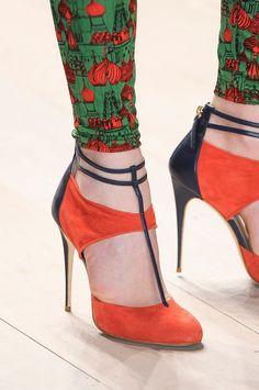 Naranjo y negro, líneas finas tanto en el zapato como en el pantalón, los une la línea y el color.  ||  Orange and black, fine lines are on the shoe and the pants, those lines make a union between them.  ||  Issa London F/W 2012