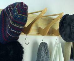 Entryway Coat rack from wooden hangers - Home Decorating Trends - Homedit Entryway Coat Rack, Diy Coat Rack, Coat Hanger, Beautiful Kitchen Designs, Beautiful Kitchens, Ikea Dresser Hack, Chevron Floor, Rack Design, Wooden Hangers