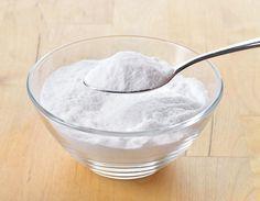 Bicarbonato de sódio  Faça uma pasta misturando bicarbonato e água morna em quantidades iguais. Com movimentos circulares, massageie o rosto por trinta segundos e depois enxágue com água fria. Repita o tratamento durante uma semana e na semana seguinte reduza para três vezes.