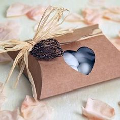Kartonage für Gastgeschenke aus Kraftpapier mit transparentem Sichtfenster in Herzform, womit der Inhalt einsehbar ist.