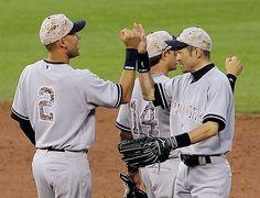 カージナルスに勝利し、ジーター(左)と喜び合うヤンキースのイチロー(右)=26日、セントルイス ▼27May2014時事通信|イチロー、予想外の敬遠=米大リーグ http://www.jiji.com/jc/zc?k=201405/2014052700306 #Ichiro_Suzuki #New_York_Yankees