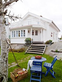 Ideas White Stairs Scandinavian Small Spaces For 2019 Swedish Cottage, Cozy Cottage, Cozy House, Swedish House, White Cottage, Ar Fresco, House Yard, Interior Stairs, Cabins And Cottages