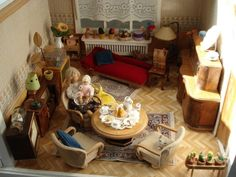 The german loungeroom...mum has a new baby!  Mein 50er-Jahre Puppenhaus. Hier das Wohnzimmer.