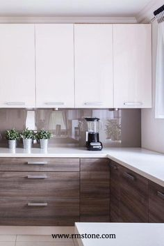 Wood grain countertops are trending right now. Let them sing by Wood grain countertops are trending right now. Let them sing by - Own Kitchen Pantry Home Decor Kitchen, Rustic Kitchen, New Kitchen, Kitchen Interior, Kitchen White, Kitchen Ideas, Kitchen Inspiration, Taupe Kitchen, Pantry Ideas