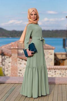 Hijab mode 55 long dresses for veiled women chic and elegant for your Turkish Hijab Style, Turkish Fashion, Islamic Fashion, Abaya Fashion, Modest Fashion, Fashion Dresses, Muslim Dress, Hijab Dress, Moslem Fashion
