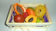 Kit de sabonetes pequenos para banho <br>Contém: <br>- 01 Fatia de mamão pequeno <br>- 01 Maçã vermelha pequena <br>- 01 Manga pequena <br>- 01 Fatia de abacaxi <br>- 01 mini maçã verde <br>- 01 Pêssego com caroço <br>- 01 Morango <br>Todos produzidos com matéria prima hipoalergênica da maior qualidade. <br>Embalagem: Plástico especial para sabonete, papel seda, palha natural, caixotinho ripado de feira e redinha limão.