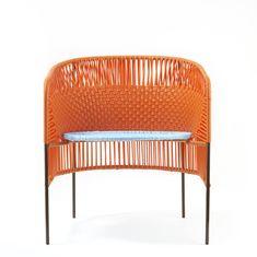 """In Santa Marta an der Karibikküste produzieren Rafael und seine Freunde Stühle aus Kunststofffäden und Stahlrohr in einer """"momposino"""" Webtechnik, die typisch für diese Region ist. Auf dieser Basis designte Sebastian Herkner die """"caribe""""..."""
