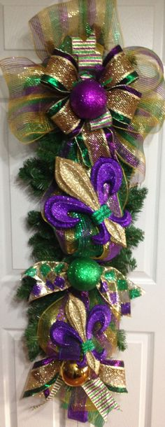Mardi Gras Swag for your front door/front porch Mardi Gras Wreath, Mardi Gras Decorations, Mardi Gras Beads, Christmas Decorations, Holiday Wreaths, Holiday Crafts, Holiday Fun, Holiday Decor, Mardi Gras Carnival