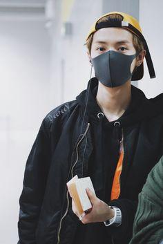鹿晗 Luhan Kansai airport Airport Fashion Kpop, Kpop Fashion, Airport Outfits, E Dawn, Airport Style, Chanyeol, Bomber Jacket, Handsome, Singer