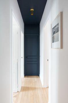 Un toque de pintura puede cambiar la percepción de un pasillo. #pasillos Best Interior Design, Color Interior, Contemporary Interior Design, Modern Interior Doors, Interior Door Trim, Painted Interior Doors, Colorful Interior Design, Interior Design Website, Contemporary Houses