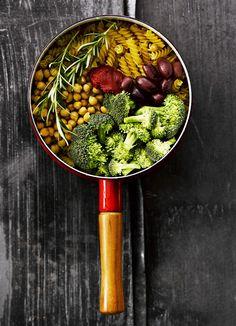 Kikhernepasta valmistetaan yhdessä pannussa kokoamalla kaikki ainesosat pastaa myöten pataan!