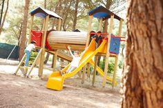 Der Kinderspielplatz liegt direkt im schattigen Pinienwald, damit die Kids während des italienischen Sommers ohne Bedenken draußen spielen können.
