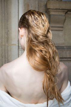 Jaro se kvapem blíží a brzy budeme moct odložit zimní čepice. Proč tedy nepředvést pořádný hair styling, když už účesy konečně pořádně uvidíme? Přinášíme vám tipy na ty nejlepší, rovnou z přehlídkových mol, ze sezony určené pro jaro 2018!