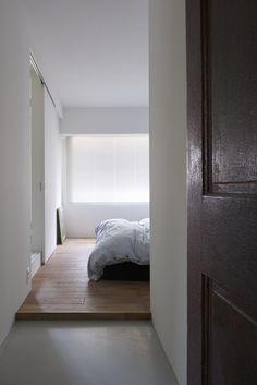 床の段差  寝室はモルタルの床から一段上がっている
