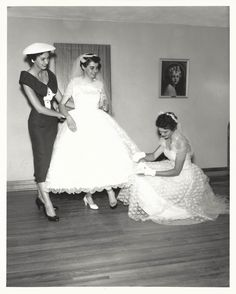 Such a cute vintage wedding photo Vintage Wedding Photos, Vintage Bridal, Wedding Pics, Wedding Bride, Wedding Styles, Wedding Gowns, Vintage Weddings, Wedding Parties, Vintage Gowns