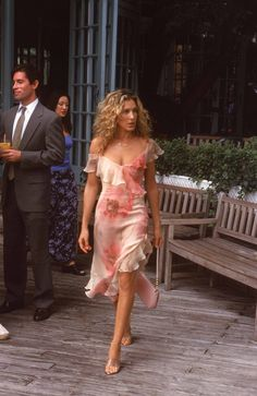 How would Carrie Bradshaw feel about this season's trends? We're sharing the outfits she'd pass on and the Carrie Bradshaw outfits to buy instead. Carrie Bradshaw Outfits, Carrie Bradshaw Estilo, Carrie Bradshaw Hair, Look Fashion, 90s Fashion, Runway Fashion, Fashion Models, Fashion Trends, City Fashion