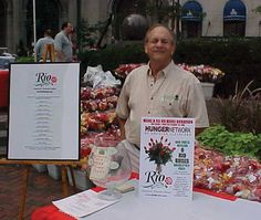 Retail florist participating in the Rio Roses Holiday Harvest food drive
