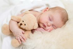 baby sleep lifesaving tips. Baby resting on soft bed with sheepskin and a teddy bear for baby sleep tips Kids Sleep, Good Sleep, Baby Sleep, Child Sleep, Getting Baby To Sleep, Get Baby, Constipated Baby, Baby Whisperer, Baby Images