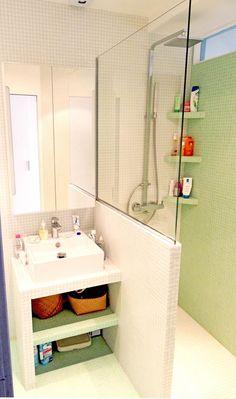 Des idées pour l'aménagement d'une petite salle de bain ! #douche #sdb #vert #blanc #petit #déco #aménagement http://www.m-habitat.fr/par-pieces/sanitaires/creer-une-petite-salle-de-bain-dans-une-chambre-3834_A