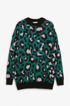 <p>A cool leopard print knit just made for the concrete jungle. A relaxed, oversized fit and glittery thread detailing. <em><br /></em></p> <p>In a si