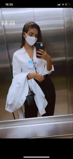 Foto Doctor, Girl Doctor, Nurse Aesthetic, Aesthetic Doctor, Girl Photo Poses, Girl Photos, Medical Photography, Scrubs Outfit, Medicine Student