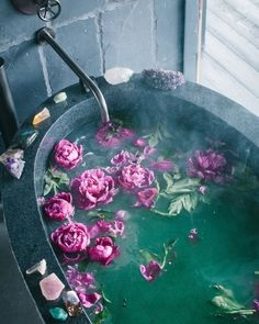 Meditation tips - bath with flowers and crystals to relax. I love the look of this and I feel like adding flowers to baths is so aesthetic!