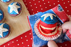 Marvel Superhero Cupcake Ideas: Captain America Shield #cupcake #cupcakeideas #cupcakerecipe