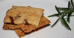 Glutenvrije crackers van amandelmeel met zongedroogde tomaten en rozemarijn O, wat zijn deze crackers heerlijk. Snel en makkelij...