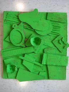 De leerlingen verzamelen allerlei materiaal dat niets meer waard is. Ze kleven die materiaal op een houten plankje. Na het kleven kiezen ze een kleur. Ze verven het hele werkje in die kleur. Dit is geïnspireerd op Louise Nevelson.