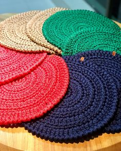 The crochet Sousplat is a piece that serves to complement the decoration of the dining table with sophistication, beauty and elegance. Crochet Placemats, Crochet Doilies, Crochet Stitches Patterns, Crochet Designs, Crochet Christmas Trees, Crochet Decoration, Crochet Kitchen, Crochet Videos, Diy Crochet