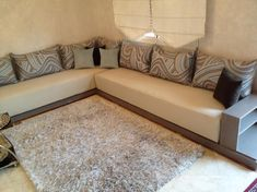 Salon marocain – séjour moderne – séjour marocain sur mesure – Maawak Corner Sofa Design, Outdoor Living, Sweet Home, Wall Decor, Couch, Bread, Decorating, Sport, Living Room