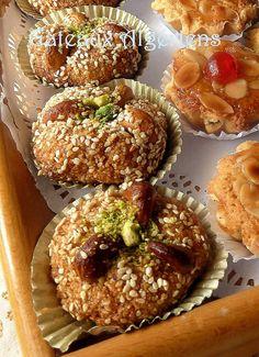 Gateaux algériens. Bonjour , je vous propose aujourd'hui ces délicieux gateaux algériens a la noix de cajou tres facile a réaliser parfait pour les déguster avec une bonne tasse de thé ou de café Ingrédients : 100 g de pistaches moulu 200 g d'amandes...