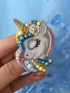 Lass es uns machen - Another! Beaded Crafts, Handmade Beaded Jewelry, Beaded Jewelry Patterns, Brooches Handmade, Fabric Jewelry, Bead Embroidery Patterns, Bead Embroidery Jewelry, Hand Embroidery Designs, Beaded Embroidery