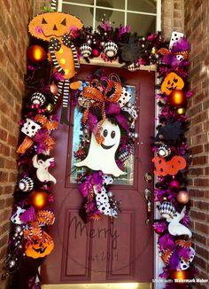 Fun Halloween door garland Casa Halloween, Halloween Front Doors, Halloween Deco Mesh, Halloween Garland, Halloween Porch, Outdoor Halloween, Halloween Birthday, Halloween Projects, Halloween Party Decor