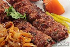 Receita de Kebab em receitas de carnes, veja essa e outras receitas aqui! Lebanese Recipes, Portuguese Recipes, Arabian Food, Israeli Food, Dinner Options, Food Decoration, Wonderful Recipe, Fruits And Veggies, Food Porn