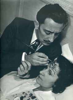 Dalí painting a Forehead