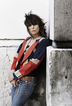 Chrissie Hynde A not so unusual sight in London, the British invasion bands all live here, not too terrible, but not for the star struck. Music Love, Music Is Life, Rock Music, My Music, Music Icon, Rock And Roll Bands, Rock Bands, Chrissie Hynde, The Pretenders