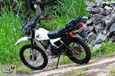 Honda XL125S 1987 enduro retro menjadi tampil lebih segar usai engine swap. Motor klasik ini diakui sebagai restorasi XL seri paling sempurna di Indonesia. Engine Swap, Dual Sport, Dirt Bikes, Honda, Motorcycle, Retro, Scrambler, Trail, Board