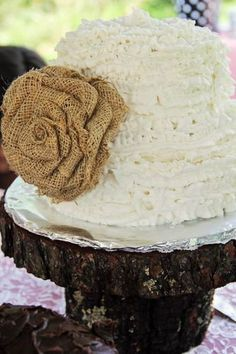 This handmade burlap flower will look wonderful on your cake for that country wedding! Goes perfectly with a western themed wedding, too! Beautiful for your spring or summer wedding! Diy Wedding Cupcakes, Bride Cupcakes, Flower Cupcakes, Wedding Cakes With Flowers, Wedding Cake Toppers, Daisy Wedding, Dream Wedding, Burlap Flowers, Small Cake