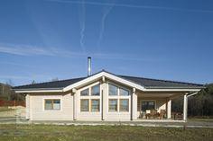 Finský srubový dům se stylovým interiérem v přírodních tónech postavený na Slapech. Dům je postavený technologií nesedavých trámů z arktické borovice