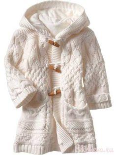 Белое пальто для девочки вязаное спицами и крючком