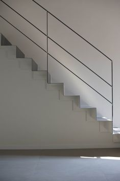 b/w by bloom photo simone rossi Stair Railing Ideas bloom Ph.- b/w by bloom photo simone rossi Stair Railing Ideas bloom Photo rossi Simone - Outdoor Stair Railing, Modern Stair Railing, Stair Railing Design, Stair Handrail, Staircase Railings, Modern Stairs, Railing Ideas, Steel Stair Railing, Steel Balustrade