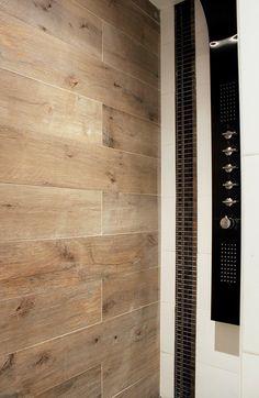 Salle de bain, carrelage effet bois, baignoire ilôt, peinture bleu marine, carrelage blanc, double vasque.