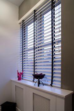 jasno holzjalousien oder blinds in wei in einem wohnzimmer