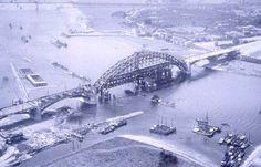 Luchtfoto Nijmegen 1935 | De Waalbrug in aanbouw - Serc
