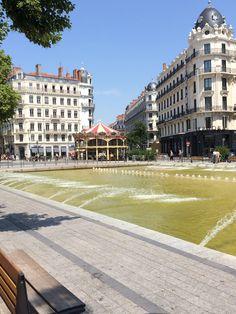 Hermosa fuente en el centro de Lion, Francia
