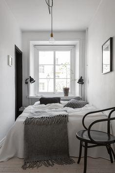 Mysigt sovrum med ett fönster mot innergården